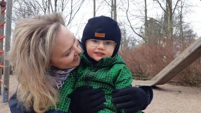 Cecilia Montén med sin son Frej Lemström i en lekpark.