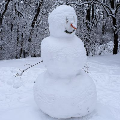 Lumiukko seisoo Turun Vartiovuorenpuistossa