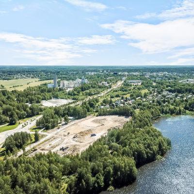 En bild från luften över ett stadslikt område vid en sjö.
