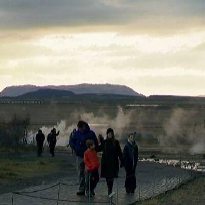 MAtkailijoita Islannin luonnossa.