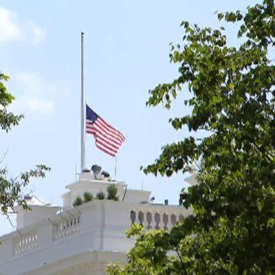 Valkoisen talon lippu laskettiin puolitankoon.