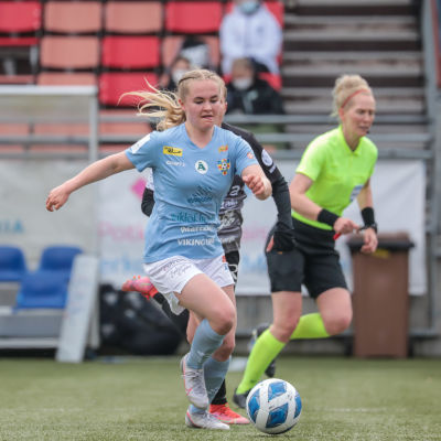 Dana Leskinen pallon kanssa.