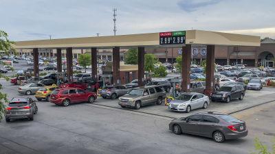 Personbilar i Decatur i delstaten Georgia i USA köar föra att tanka sina bilar vid en bensinstation.