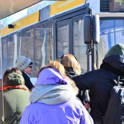 Resenärer väntar på bussen i Vasa.