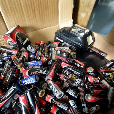 Uttjänta batterier i en kartong.