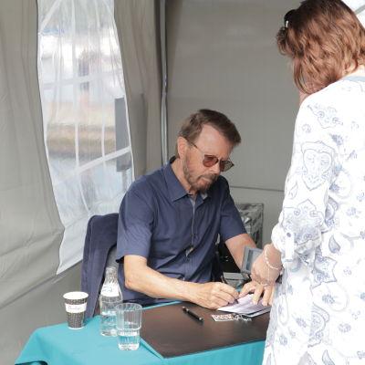 Hundratals personer sökte sig till Västra hamnen i Mariehamn när Björn Ulvaeus signerade sitt åländska frimärke.