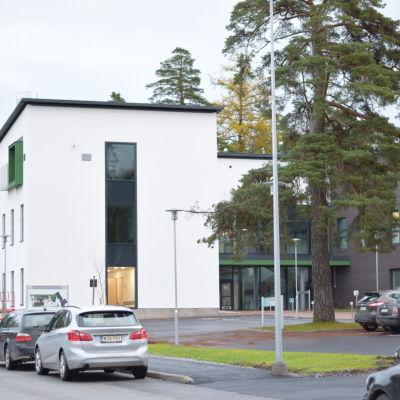 Ett vitt och brunt hus i Ekenäs som är Raseborgs mentalvårdscenter.