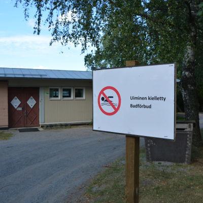 Skylt som förkunnar badförbud på Sandö i Vasa.