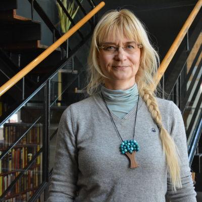 Janina Andersson står framför en trappa.