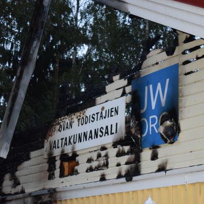 Gaveln på ett brandskadat hus