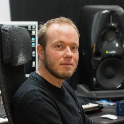 Mikael Grönroos i sin musikstudio.