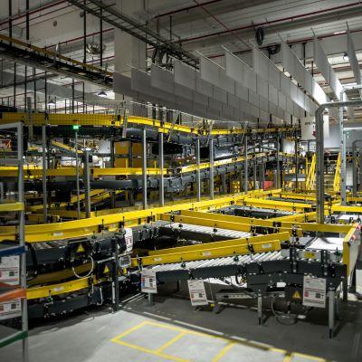 En stor lagerlokal med tomma hyllor. Amazons logistikcenter i Bretigny-sur-Orge i France togs i bruk den 22 oktober 2019.
