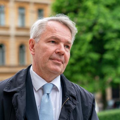 Pekka Haavisto intervjuas utanför Ständerhuset.