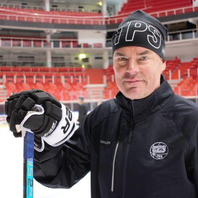 Raimo Helminen på isen i Åbo.