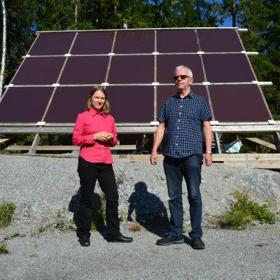 Anne Antman från Natur & Miljö och Tore Weijola framför Weijolas solpaneler.