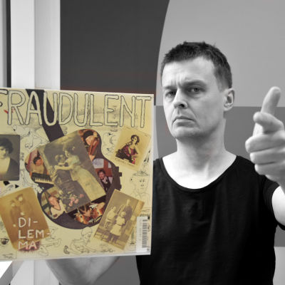 Joakim Rundt håller upp Fraudulents LP och pekar med fingret mot en.