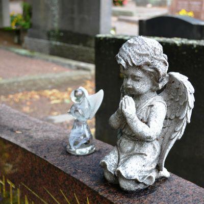 Dekorationsängel på gravsten