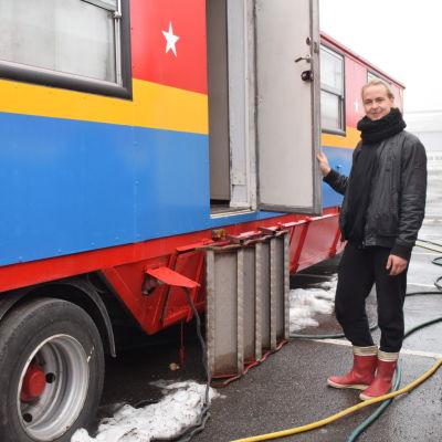 Cirkusartisten Armas Lintusaari utanför sin vagn där han bor under Sirkus Finlandias turné 2018.