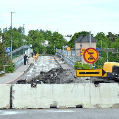 Järnvägsbron i Karis avstängd för trafik med betonggrisar inför byggarbete och rivning av bron.