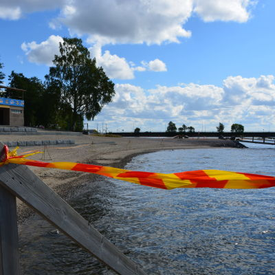 Stranden på Sandö i Vasa gapar tom när badförbud råder.