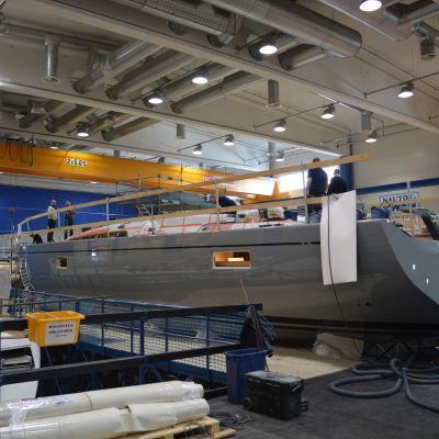 Ny segelbåt på gång vid Nautor