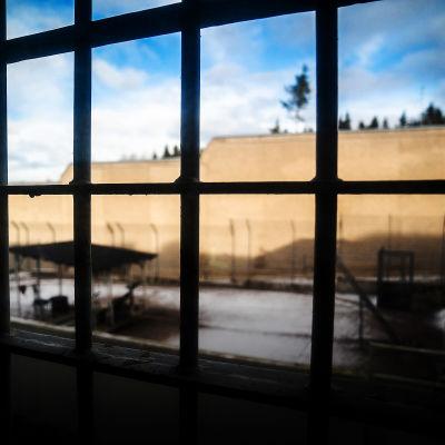 Näkymä Riihimäen vankilan kalteri-ikkunasta ulos