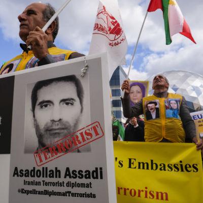 Iranska oppositionella aktivister demonstrerar i Bryssel