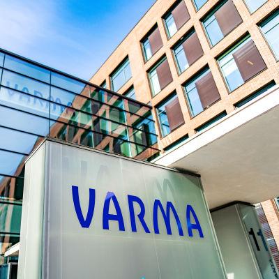 Työeläkevakuutusyhtiö Varman logo pääkonttorin edustalla.