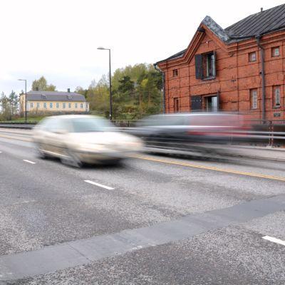 Bilar på Mannerheimgatans bro