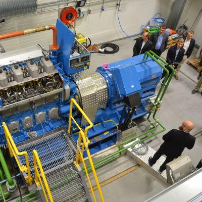 Projektchef Janne Suomela berättar om motorn och forskning på energilaboratoriet på Brändö i Vasa.