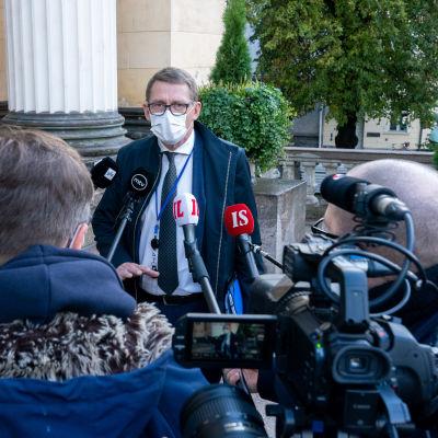 Valtiovarainministeri Matti Vanhanen antaa haastattelua Säätytalon portailla.