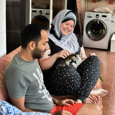 Marina Lischi parvekkeellaan Tansaniassa aviomiehensä kanssa kissanpentuja sylissään.