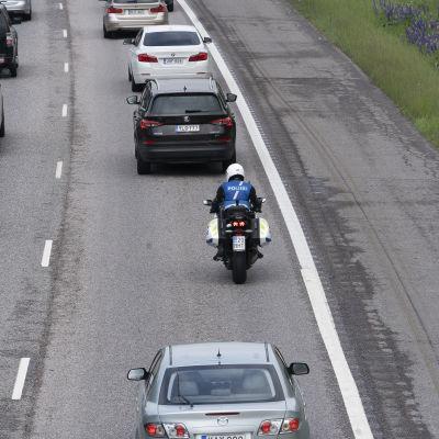 Moottoripyöräpoliisi vanhempi konstaapeli Iiro Mäkitalo ajaa Lahden moottoritiellä juhannusruuhkassa.