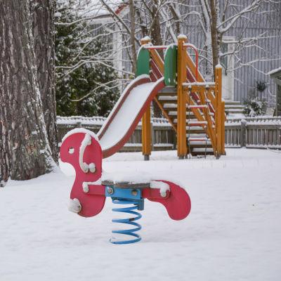 Lekpark i vinterväder.