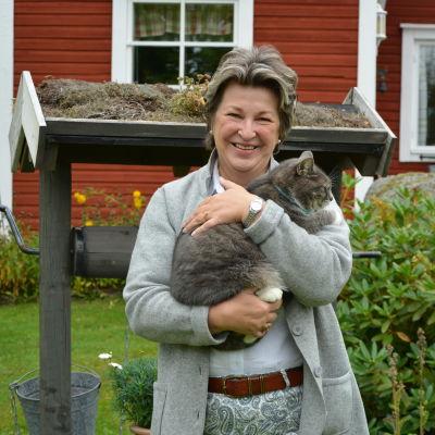 Porträtt av Lena Holmlund ute på gården.