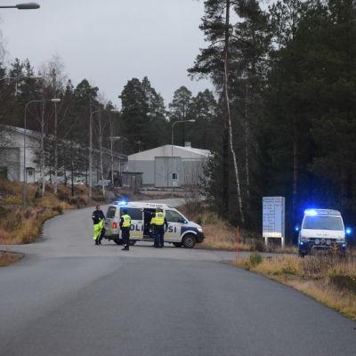 Polisbilar vid en vägkorsning