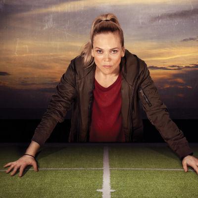 Helena (Ane Dahl Torp) med mörk himmel i bakgrunden.