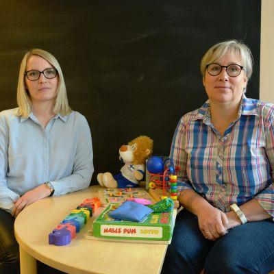 Socialarbetare Sofia Mellberg-Kultti och Tiina Böling på barnskyddet i Vasa.