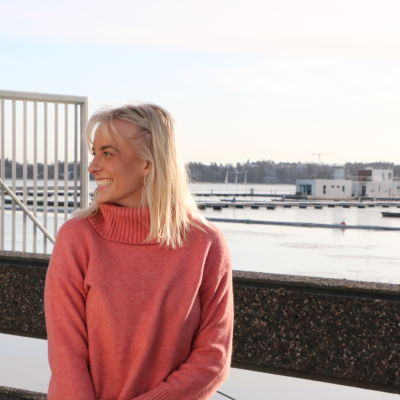 Bettina Hernberg står framför ett havslandskap.