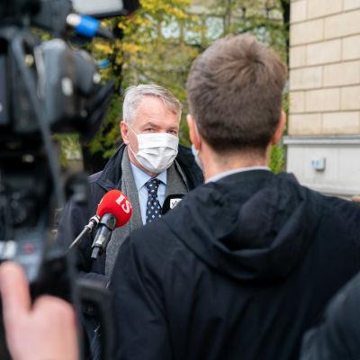 Ulkoministeri Pekka Haavisto antaa haastattelua Säätytalon portailla.