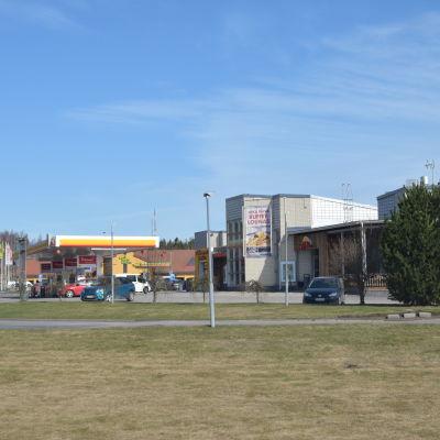 Två bensinstationer i Läpp i Karis.