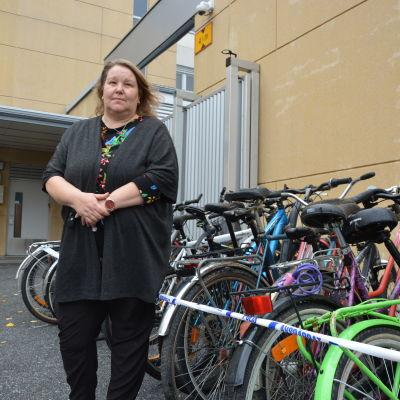 Byråsekreterare Ann-Louise Olén på polisens bakgård i Vasa. De upphittade cyklarna ska säljas på auktion.