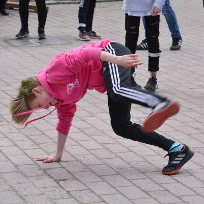Dansare från Konstfabrikens dansskola dansar i Runebergsparken i Borgå 30.04.18
