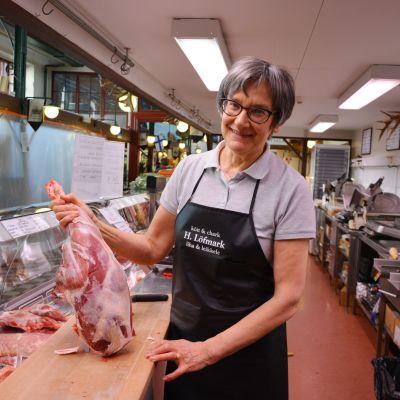 Carita Löfmark visar upp lammkött på Löfmarks köttaffär i saluhallen i Vasa.