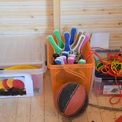 Pingisracketar, hopprep och bollar i nya redskapsskjulet i Katarinaskolan i Karis.