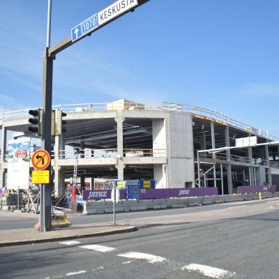 Ett bygge i Lojo som håller på att bli färdigt. Det blir Sokos.