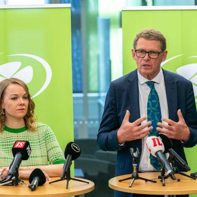 Katri Kulmuni ja Matti Vanhanen Keskustapuolueen tiedotustilaisuudessa.