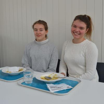 Studerande Seija Taipale och Sara Perkkiö vid Helsingfors universitet.