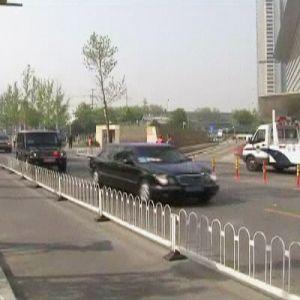 Hillary Clinton anländer till Peking