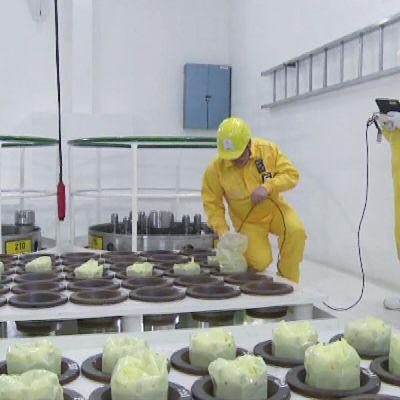 Ydinvoimalan työntekijöitä.